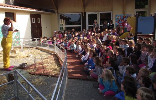 Six fours education les animaux de la ferme en visite à l'école