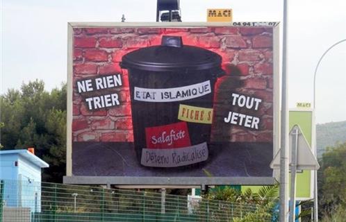 Le panneau publicitaire est visible à la sortie de Sanary en direction d'Ollioules face à l'Intermarché.