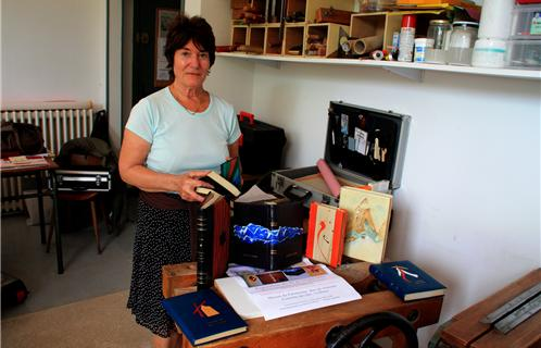 Marcelle Kondrachoff,  organisatrice  de l'exposition présente un petit échantillon des livres qui seront exposés à Maison du Patrimoine