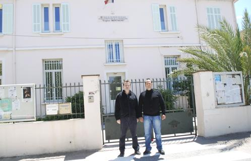 Jean-Marc Bonifay à gauche (APACA) et Laurent Genna, papa de Brandon devant l'école Eugène Montagne à Six-Fours.