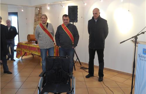 Sanary caritatif un fauteuil roulant pour l office du tourisme - Office du tourisme le beausset ...
